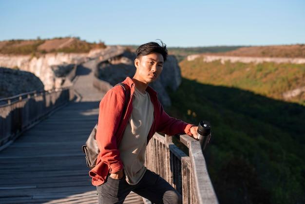 Stilvoller junger mann, der reise genießt