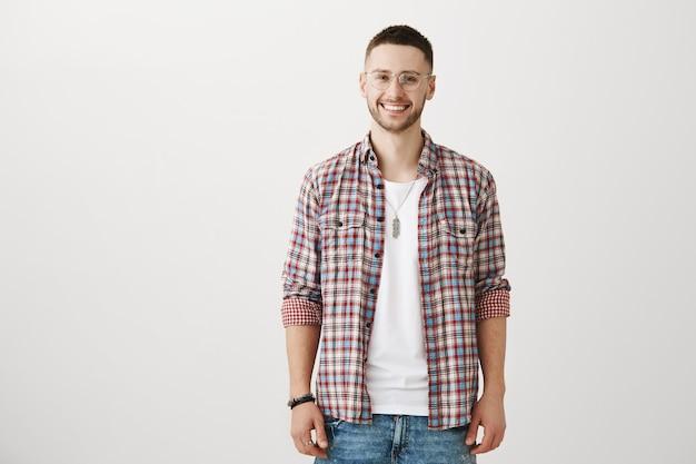 Stilvoller junger mann posiert