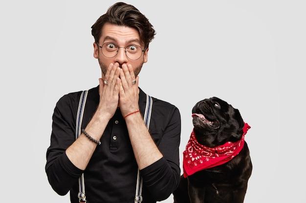 Stilvoller junger mann und sein süßer hund
