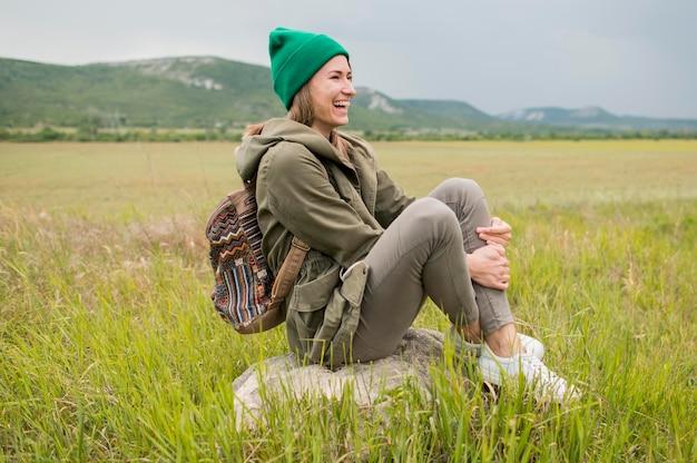 Stilvoller junger reisender mit mütze, die urlaub genießt