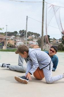 Stilvoller junger teenager mit vater im freien