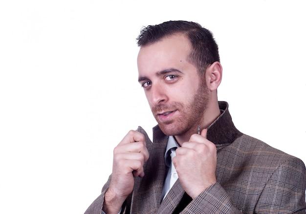 Stilvoller kaukasischer mann, der in der grauen klage aufwirft