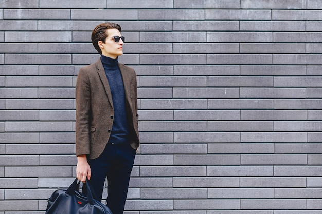 Stilvoller kerl in der jacke und in der sonnenbrille