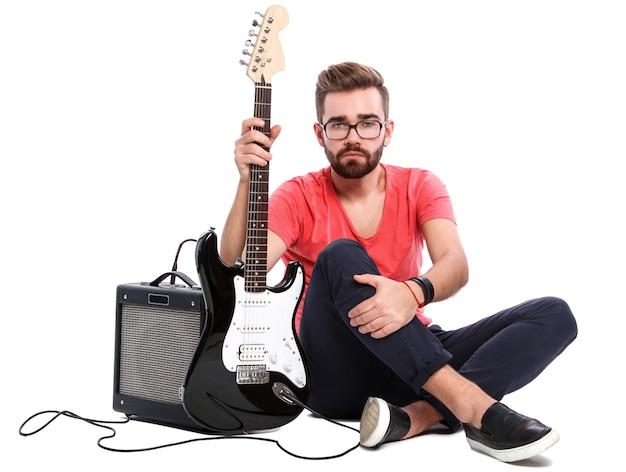 Stilvoller kerl mit einer gitarre