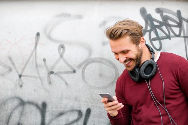 Stilvoller mann, der eine app verwendet