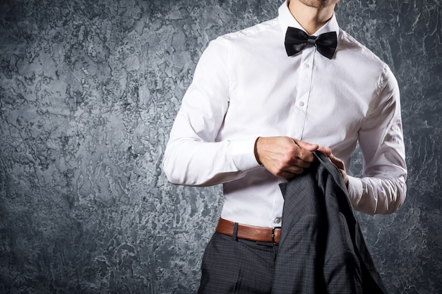Stilvoller mann im anzug mit fliege