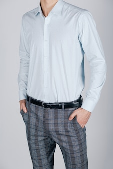 Stilvoller mann im blauen hemd auf hellem hintergrund