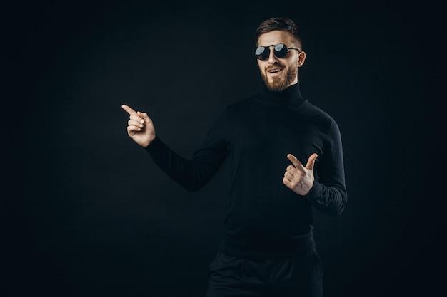 Stilvoller mann in der sonnenbrille weg zeigend