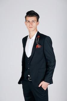 Stilvoller mann in einer schwarzen jacke auf einem hellen hintergrund