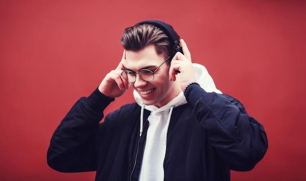 Stilvoller mann mit kopfhörern