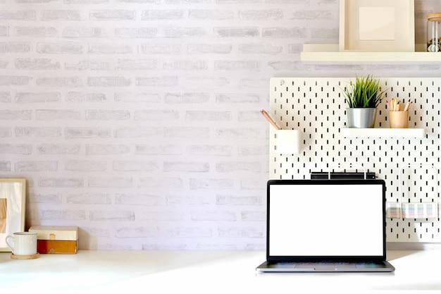 Stilvoller minimaler arbeitsplatz mit modelltabletten- und -kopienraum