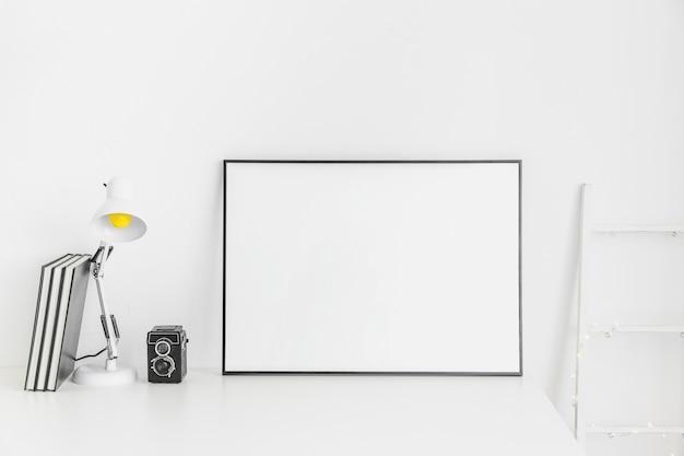 Stilvoller minimalistischer arbeitsplatz in weißer farbe mit whiteboard