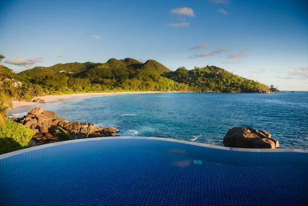 Stilvoller pool mit blick auf den indischen ozean