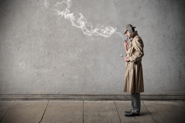 Stilvoller rauchender mann