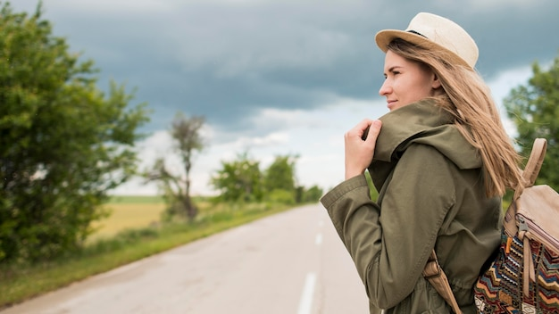 Stilvoller reisender der seitenansicht, der weg schaut