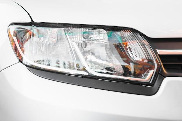 Stilvoller scheinwerfer aus silbernem automobil