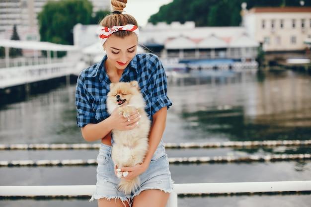 Stilvoller stift herauf mädchen mit dem kleinen hund