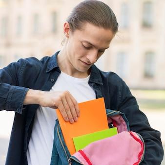 Stilvoller student, glücklich, wieder an der universität zu sein