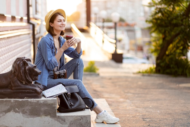 Stilvoller tourist, der das fotografieren im urlaub genießt