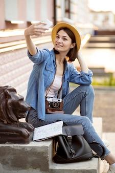 Stilvoller tourist, der selfie im urlaub nimmt