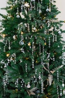 Stilvoller weihnachtsbaum mit glasspielzeug