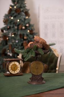 Stilvolles antikes dekor mit tannenzapfen. eine handvoll tannenzapfen auf einer antiken bronzeschuppe.