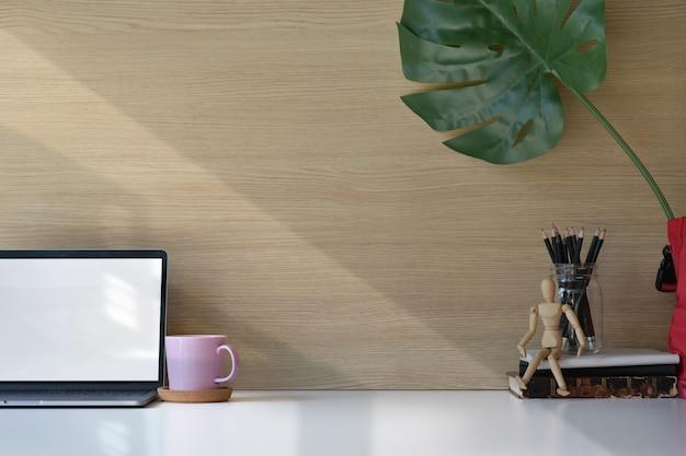 Stilvolles arbeitsplatzbüro und exemplarplatz