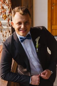 Stilvolles bräutigamlächeln