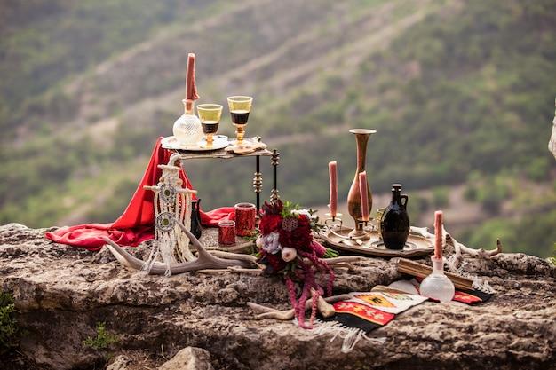 Stilvolles dekor im stil eines romantischen boho-abends für verliebte paare