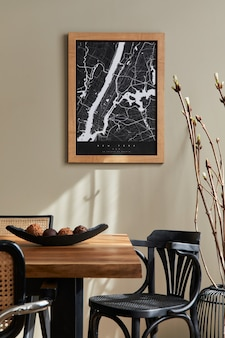 Stilvolles esszimmer-interieur mit karte, holz-nussbaum-tisch, design-stühlen, tasse kaffee, dekoration, geschirr und eleganten persönlichen accessoires in der wohnkultur.