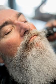 Stilvolles gesicht des älteren mannes mit gut gepflegtem langem bart