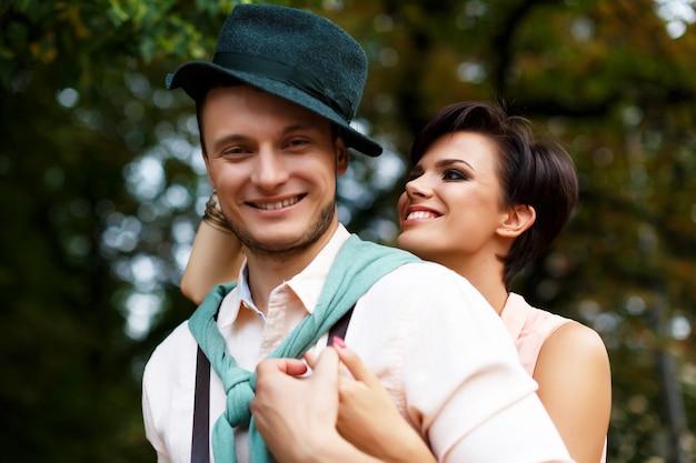 Stilvolles glückliches paar, das herumalbert