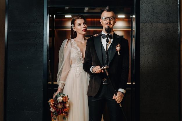 Stilvolles hochzeitspaar im innenraum. glamouröse braut und bräutigam