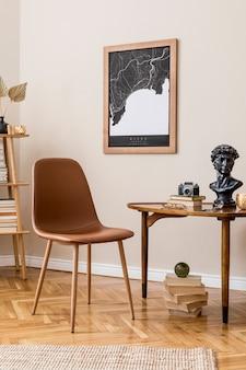 Stilvolles innendesign des privaten bibliotheksraums mit posterkarte, braunem stuhl, holztisch, buchständer, büchern und eleganten persönlichen accessoires. retro vintage wohnkultur. beige wand.