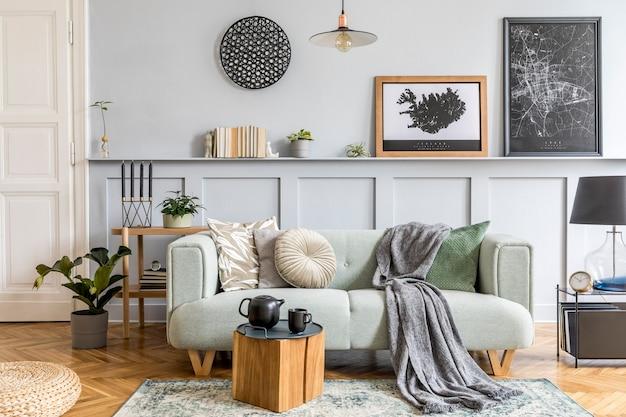 Stilvolles innendesign des wohnzimmers mit modernem minzsofa, holzkonsole, würfel, couchtisch, lampe, pflanze, posterrahmen, kissen, plaid, dekoration und eleganten wohnaccessoires.