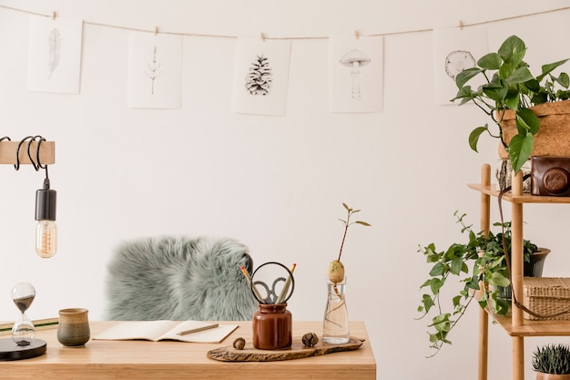 Stilvolles interieur des home-office-raums mit neutraler wohnkultur-vorlage aus holz