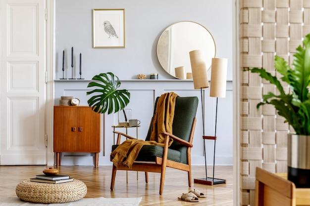 Stilvolles interieur des wohnzimmers mit design-sessel, vintage-kommode aus holz, rundem spiegel, regal, tropischem blatt, couchtisch, dekoration, teppich und persönlichen accessoires in der wohnkultur.