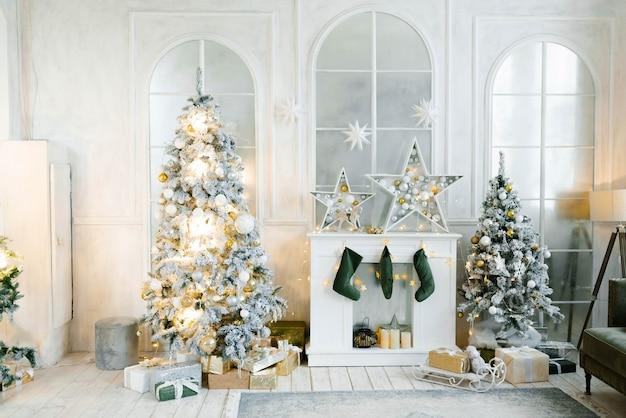 Stilvolles interieur des wohnzimmers mit geschmücktem weihnachtsbaum