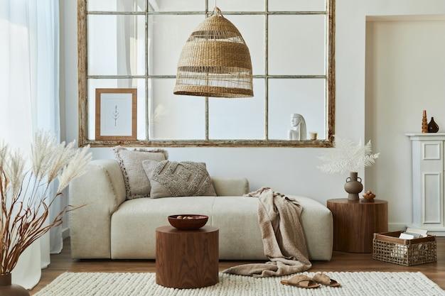 Stilvolles interieur des wohnzimmers mit modularem design-sofa, möbeln, couchtisch aus holz, rattan-dekoration.