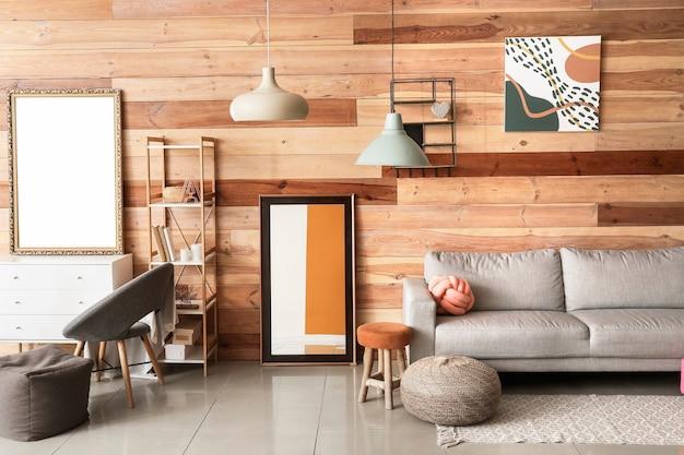 Stilvolles interieur des wohnzimmers mit sofa und spiegeln