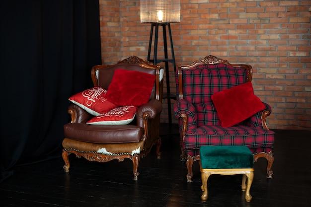 Stilvolles interieur des zimmers mit vintage-sesseln und roter backsteinmauer. gemütlich eingerichtetes wohnzimmer mit stehlampe. loft-stil im wohnzimmer
