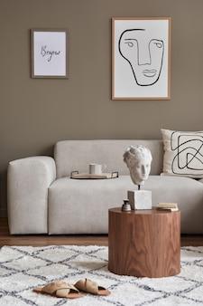 Stilvolles interieur mit designneutralem modularem sofa, rahmen, couchtischen, holztablett, buch, dekoration, hausschuhen und eleganten persönlichen accessoires in moderner wohnkultur.