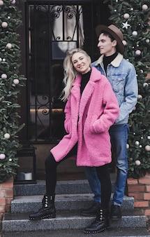 Stilvolles junges glückliches paar in der liebe, die in straße lächelt
