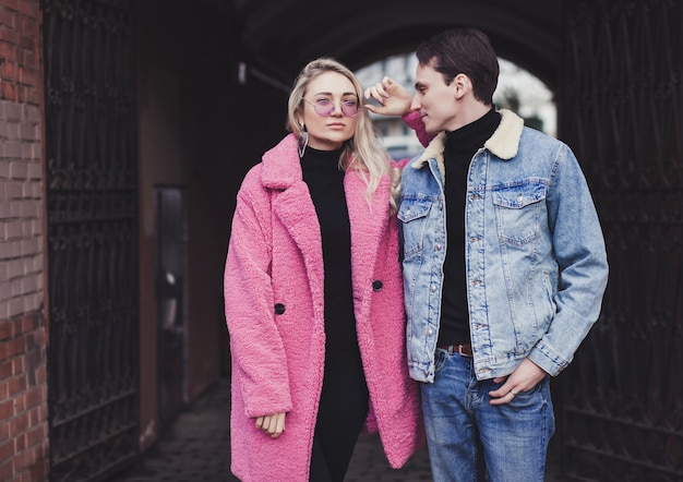 Stilvolles junges paar, das im straßenstil aufwirft