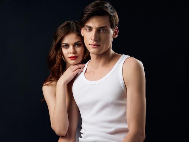 Stilvolles junges paar mann und frau, sexuelle beziehungen, paar modelle, dunkler raum