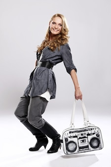 Stilvolles mädchen mit handtasche