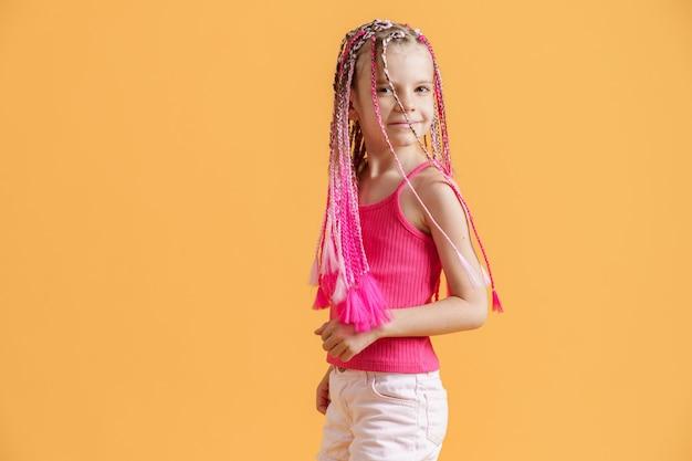 Stilvolles mädchen mit rosa dreadlocks