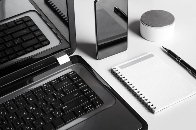 Stilvolles modernes geschäftsmannarbeitsplatzkonzept auf weißer tabelle
