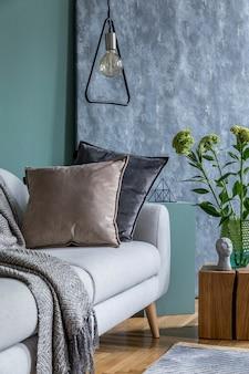 Stilvolles modernes interieur des wohnzimmers mit designkissen und eleganter persönlicher accessoires-vorlage