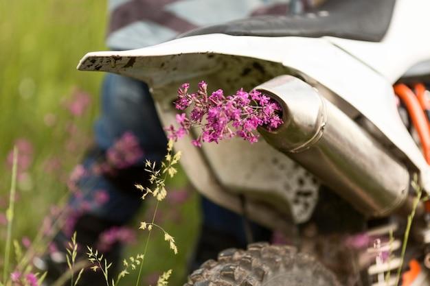 Stilvolles motorrad der nahaufnahme mit blumen
